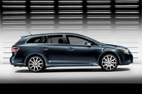 2016 - Toyota Avensis Side View